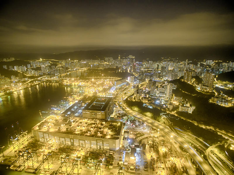 Opinião aérea Hong Kong Night Scene, Kwai Chung na cor dourada fotografia de stock royalty free