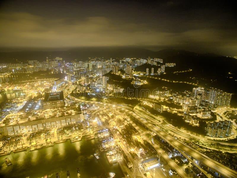 Opinião aérea Hong Kong Night Scene, Kwai Chung na cor dourada imagens de stock royalty free