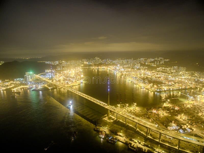 Opinião aérea Hong Kong Night Scene, Kwai Chung na cor dourada imagem de stock royalty free