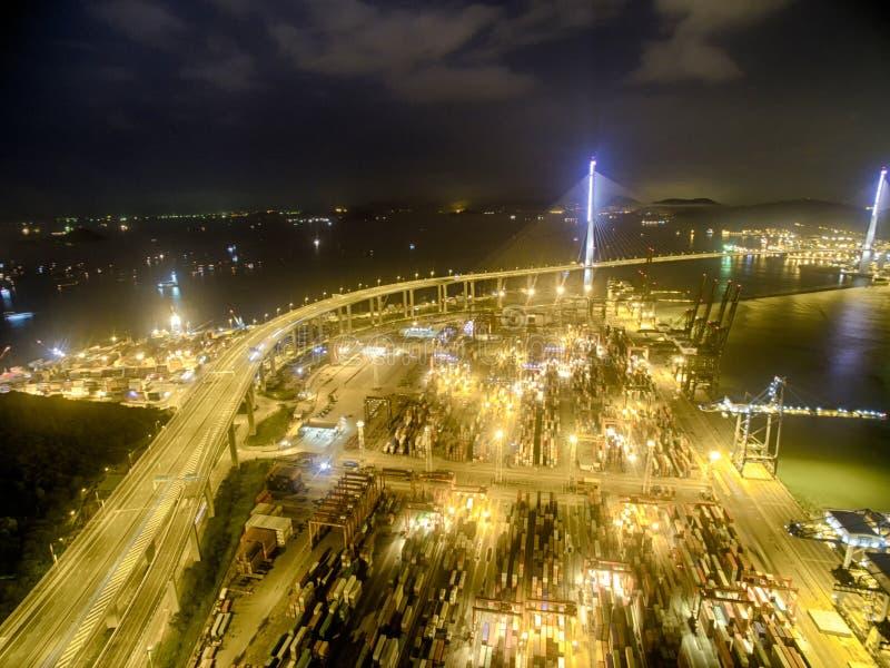 Opinião aérea Hong Kong Night Scene, Kwai Chung, Victoria Harbour, a ponte dos Stonecutters fotografia de stock