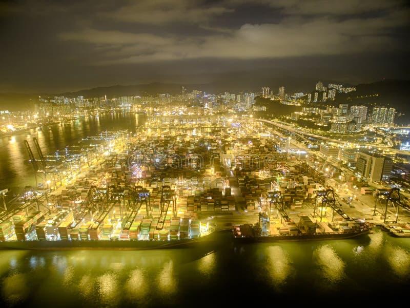 Opinião aérea Hong Kong Night Scene, Kwai Chung, Victoria Harbour, a ponte dos Stonecutters foto de stock