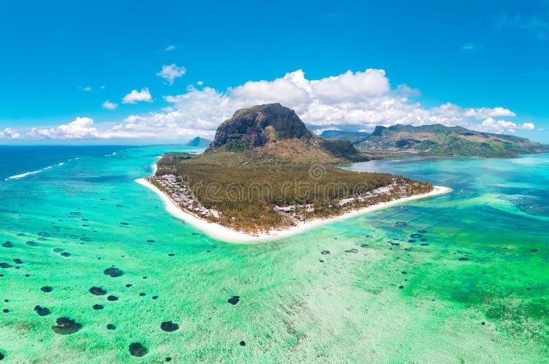 Opinião aérea Le morne Brabante em Mauriutius, vista panorâmica na ilha foto de stock