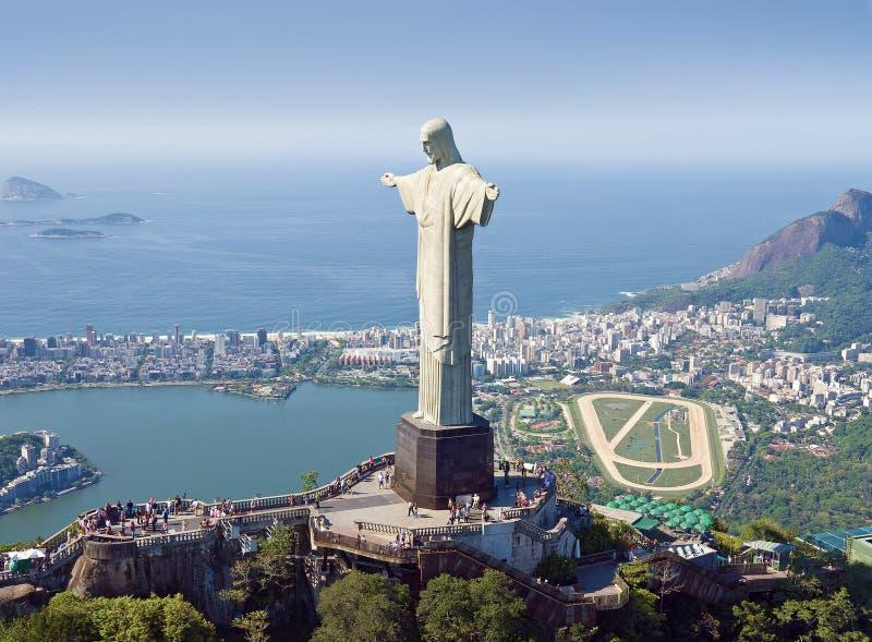 Opinião aérea a montanha e o Cristo de Corcovado o Redemeer no Rio imagens de stock royalty free