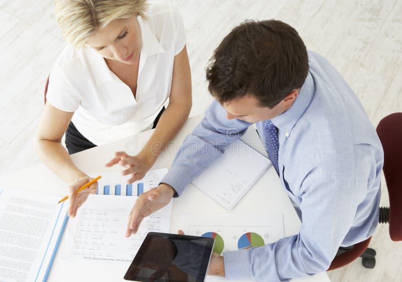 Opinião aérea a mulher de negócios And Businessman Working na mesa junto fotos de stock royalty free