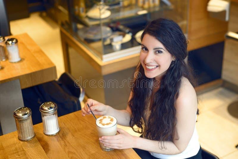 Opinião aérea a mulher moreno de sorriso com café fotos de stock royalty free