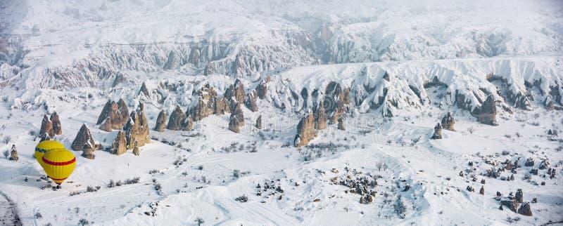 Opinião aérea nevado de Cappadocia fotografia de stock