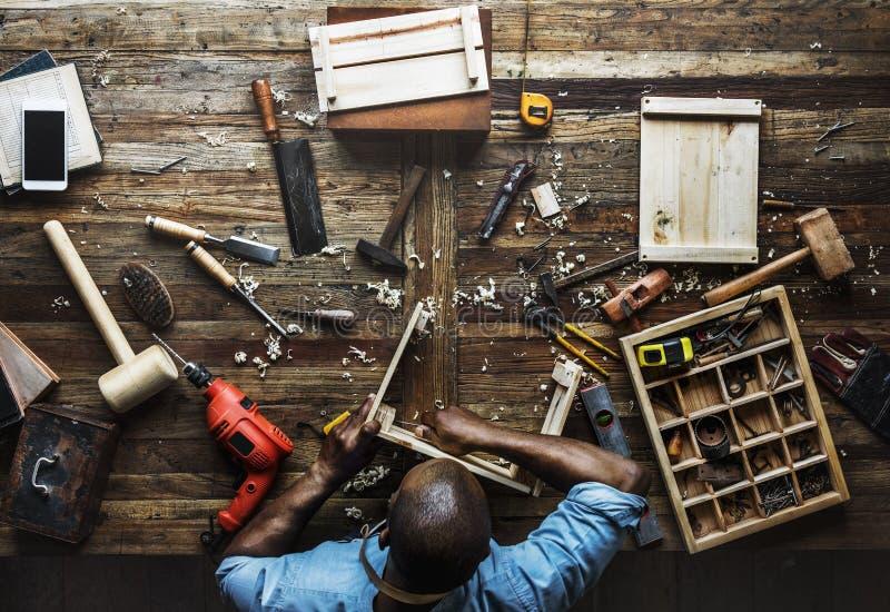 Opinião aérea o homem do carpinteiro que trabalha com grupo do equipamento das ferramentas fotografia de stock