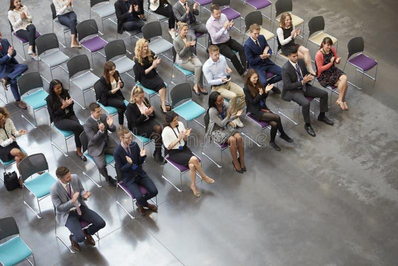 Opinião aérea o orador de aplauso da audiência na conferência foto de stock