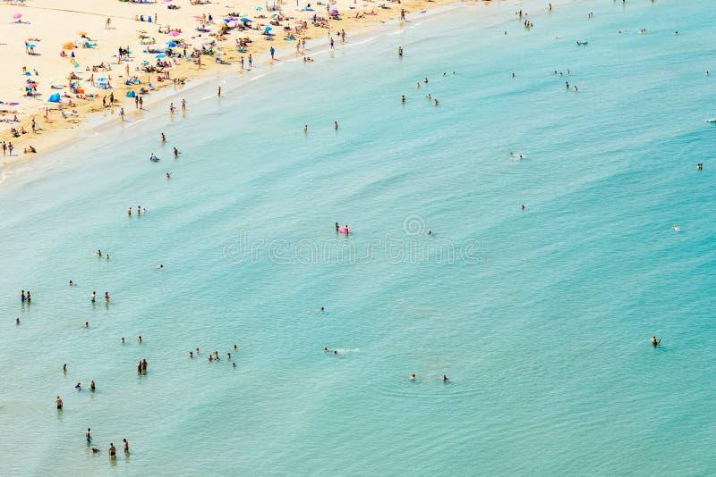 Opinião aérea os povos que têm o divertimento e que relaxam na estância de verão de Peniscola no mar Mediterrâneo na Espanha foto de stock royalty free