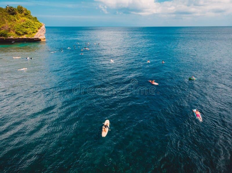 Opinião aérea os surfistas no oceano azul tropical, Bali foto de stock royalty free
