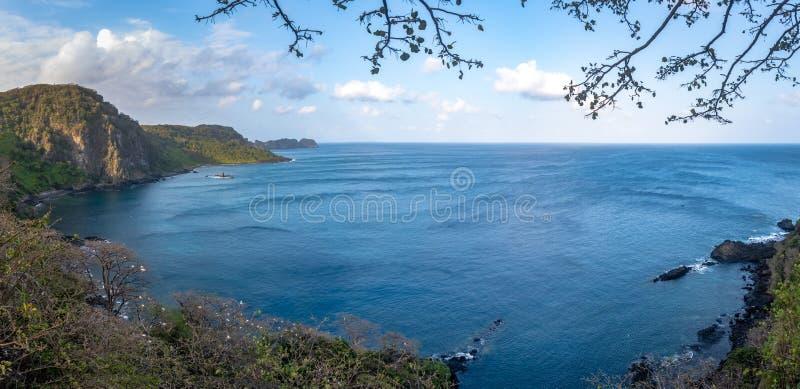 A opinião aérea panorâmico golfinhos do dos Golfinhos de Baia late - Fernando de Noronha, Pernambuco, Brasil fotografia de stock royalty free