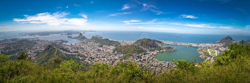 Opinião aérea panorâmico Rio de janeiro com Sugar Loaf Mountain e Rodrigo de Freitas Lagoon - Rio de janeiro, Brasil imagens de stock