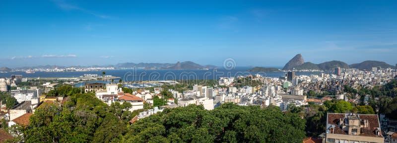 Opinião aérea panorâmico Rio de janeiro do centro com a montanha de Sugar Loaf no fundo - Rio de janeiro, Brasil imagem de stock