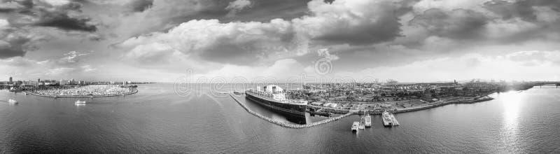 Opinião aérea preto e branco panorâmico Long Beach e a rainha miliampère imagens de stock royalty free