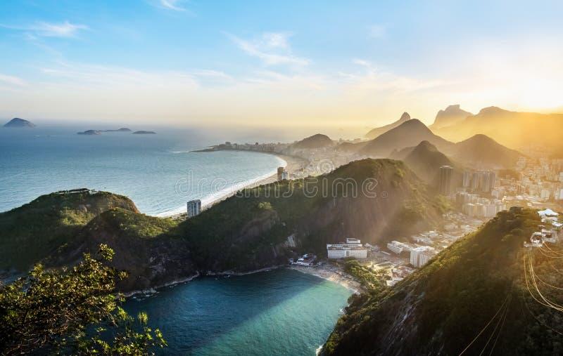 Opinião aérea Rio de janeiro Coast com Copacabana e praia no por do sol - Rio de janeiro de Vermelha do Praia, Brasil imagens de stock