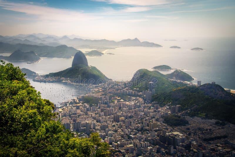 Opinião aérea Rio de janeiro e Sugar Loaf Mountain - Rio de janeiro, Brasil foto de stock