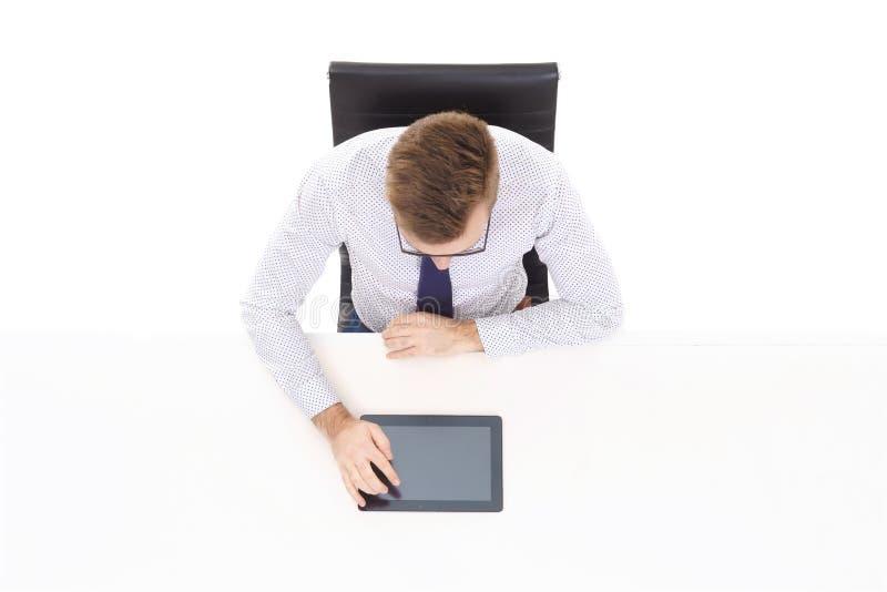 Opinião aérea um homem de negócios considerável que trabalha com comp(s) da tabuleta imagens de stock royalty free