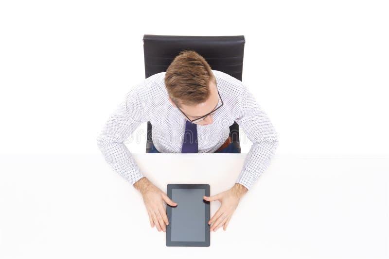 Opinião aérea um homem de negócios considerável que trabalha com comp(s) da tabuleta foto de stock