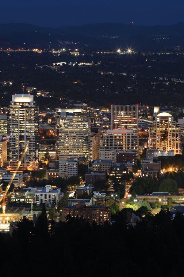 Opinião aérea vertical da noite em Portland, Oregon imagens de stock
