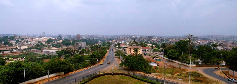 Opinião aérea a Yaounde, a capital da arquitetura da cidade de República dos Camarões imagens de stock
