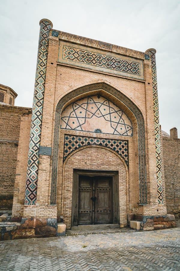 Opinião abandonada de desintegração velha de Abdul-Aziz-khan Madrasa em Bukhara, Usbequistão foto de stock
