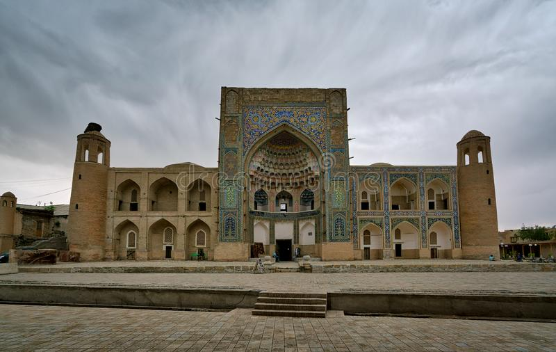 Opinião abandonada de desintegração velha de Abdul-Aziz-khan Madrasa em Bukhara, Usbequistão imagem de stock royalty free