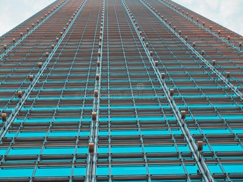 Opinião abstrata Cheung Kong Center do baixo ângulo, central, Hong Kong - 7 de dezembro de 2015: É um arranha-céus projetado por  imagens de stock royalty free