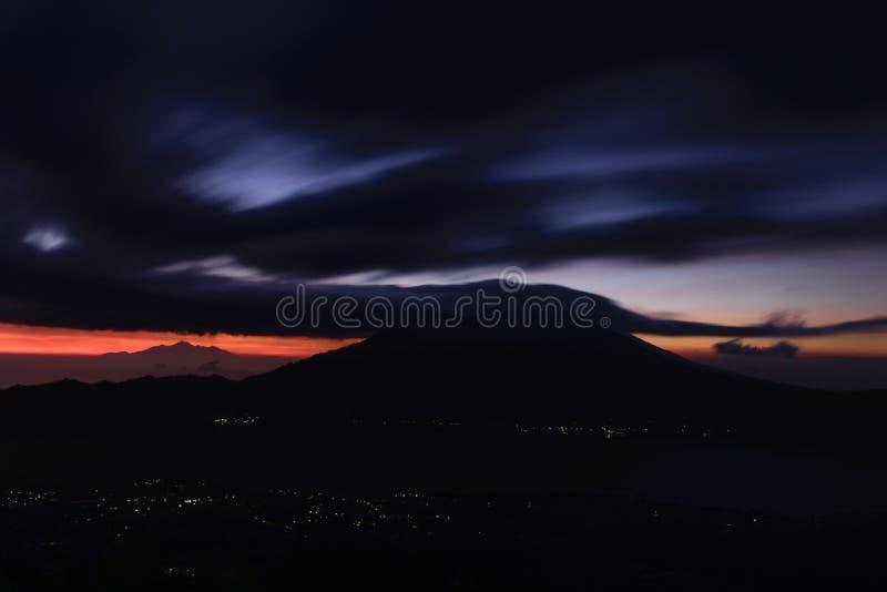 Opinião adiantada do nascer do sol do vulcão de Gunung Batur em Bali, Indonésia foto de stock royalty free