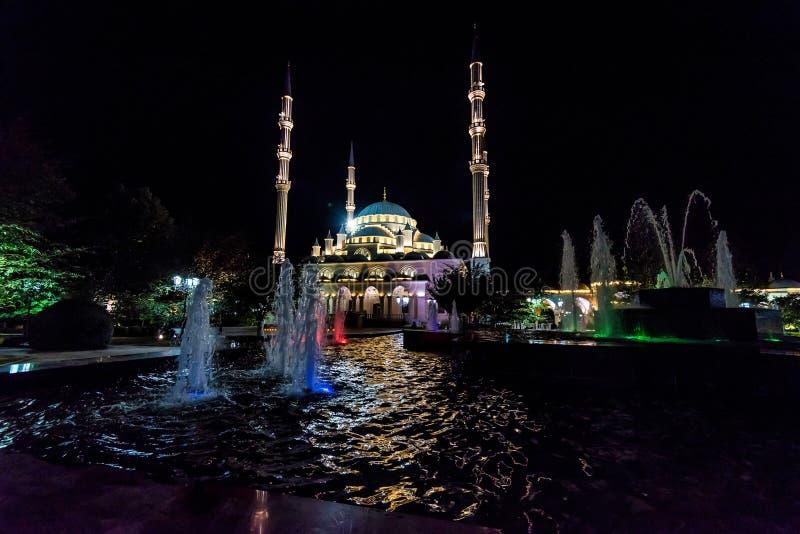 Opinião Akhmad Kadyrov Mosque da noite, Grozny, Rússia fotografia de stock