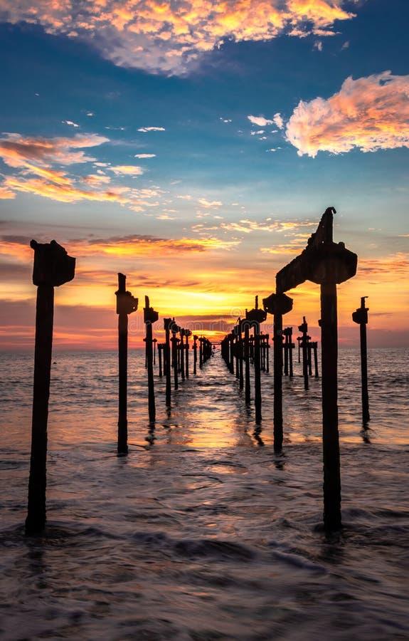 Opinião alaranjada do céu do por do sol fotografia de stock