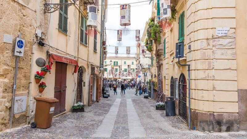 Opinião Alghero da rua, ilha de Sardinia, Itália fotografia de stock