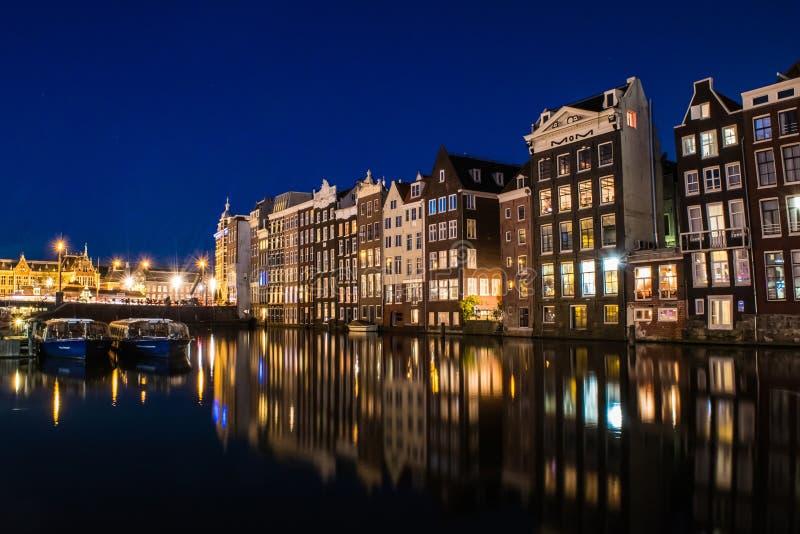 Opinião Amsterdão de Nigth com reflexão da água, Holanda imagem de stock royalty free