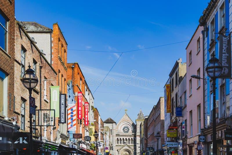 Opinião Anne Street no centro de cidade de Dublin com bares e restaur fotografia de stock