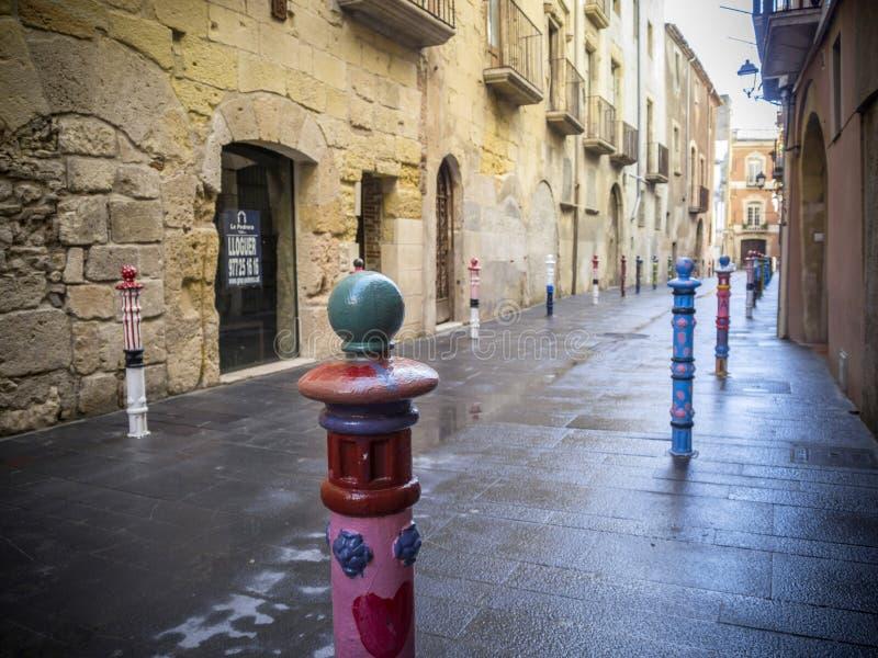 Opinião antiga da rua no centro histórico de Tarragona fotos de stock