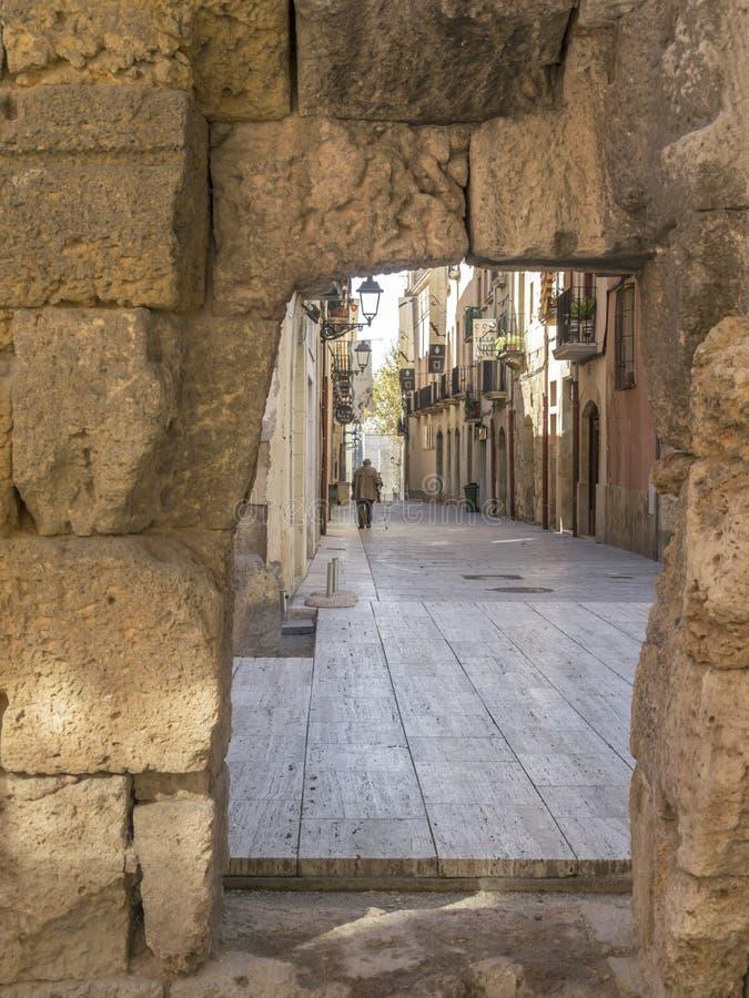 Opinião antiga da rua no centro histórico de Tarragona fotos de stock royalty free