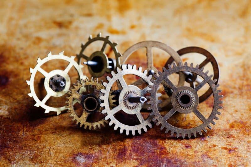Opinião antiga do macro das rodas de engrenagens das rodas denteadas do estilo do steampunk do mecanismo do pulso de disparo Fund foto de stock
