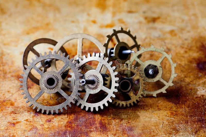 Opinião antiga do macro das rodas de engrenagens das rodas denteadas do estilo do steampunk do mecanismo do pulso de disparo Fund imagens de stock royalty free
