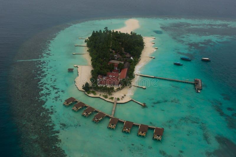 Opinião arial da ilha tropical bonita surpreendente em Maldivas foto de stock