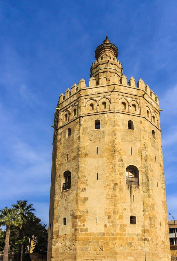 Opinião ascendente inferior Torre del Oro Torre do ouro, uma torre de vigia militar construída no primeiro terço do século XIII foto de stock