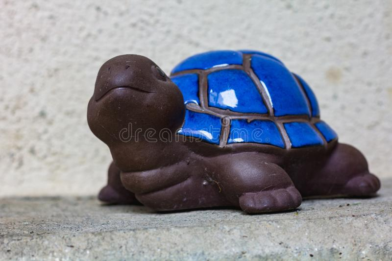 Opinião ascendente próxima um marrom e uma tartaruga decorativa azul fotos de stock royalty free