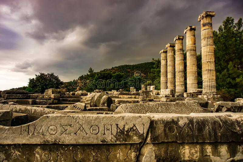 Opinião Athena Temple da cidade do grego clássico em Priene, Soke, Aydin, Turquia fotografia de stock royalty free