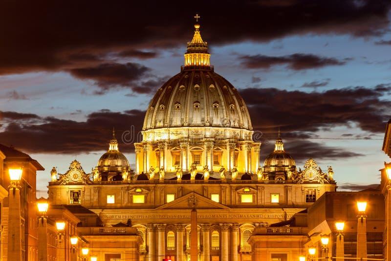 Opinião Basílica di San Pietro Dom, noite, Cidade Estado do Vaticano em Roma, Itália imagem de stock royalty free