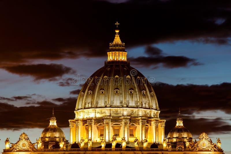 Opinião Basílica di San Pietro Dom, noite, Cidade Estado do Vaticano em Roma, Itália imagens de stock royalty free