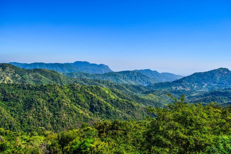 Opinião bonita da natureza, paisagem tailandesa da montanha verde, da montanha verde e do céu azul na tarde em Tailândia fotografia de stock royalty free