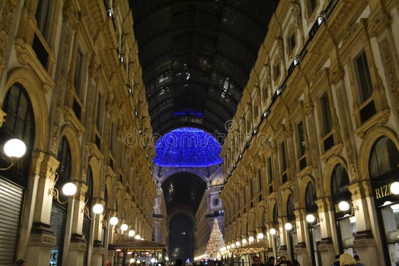 Opinião bonita da noite do ano novo ao corredor longo do decorado para a galeria de Vittorio Emanuele II do Natal fotografia de stock
