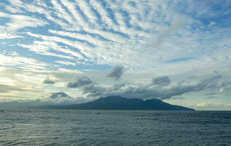 Opinião bonita da paisagem do panorama do litoral do vulcão de Agung da montagem na ilha tropical de Bali de Indonésia, Ásia do b fotos de stock