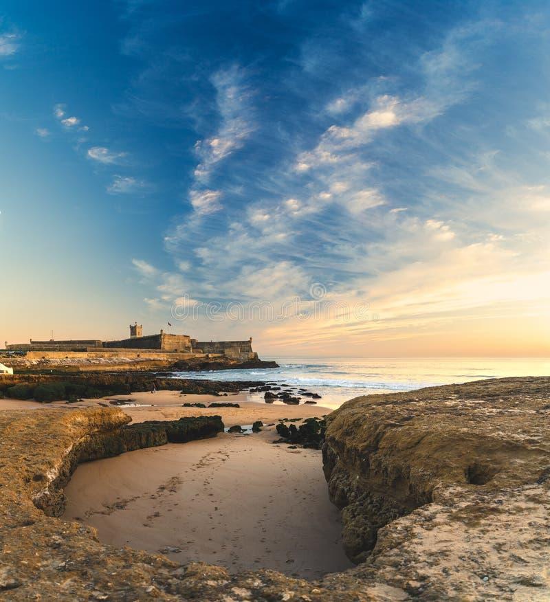 Opinião bonita do céu, praia de Carcavelos de Julian Fortress de Saint, Portugal fotos de stock