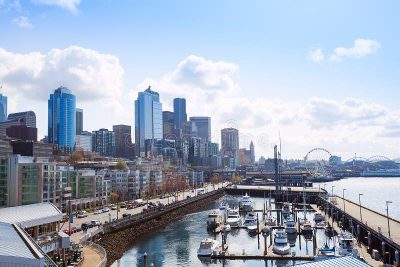 Opinião bonita do cais em Seattle com arquitetura da cidade, EUA imagens de stock