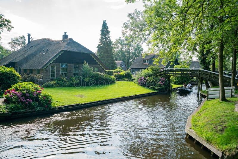 Opinião bonita do canal e casa tradicional de Giethoorn imagem de stock royalty free