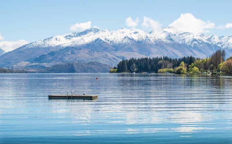 A opinião bonita do cenário do lago Wanaka o quarto lago o maior de Nova Zelândia foto de stock